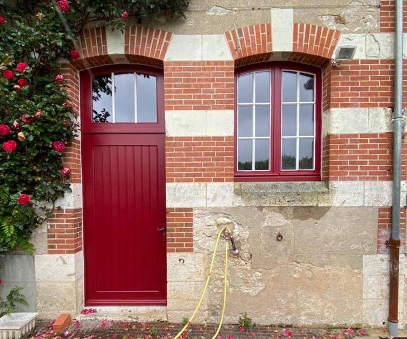 Porte d'entrée et fenêtres rouges en pvc posées par ETS Parent, entreprise de menuiserie bois, pvc et alu près de Blois (41)