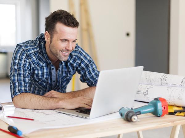 un technicien travaille sur un ordinateur